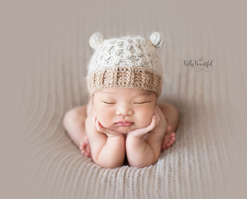This cute textured kitty hat is super fun to make.  Free pattern features sizes Newborn through Adult.